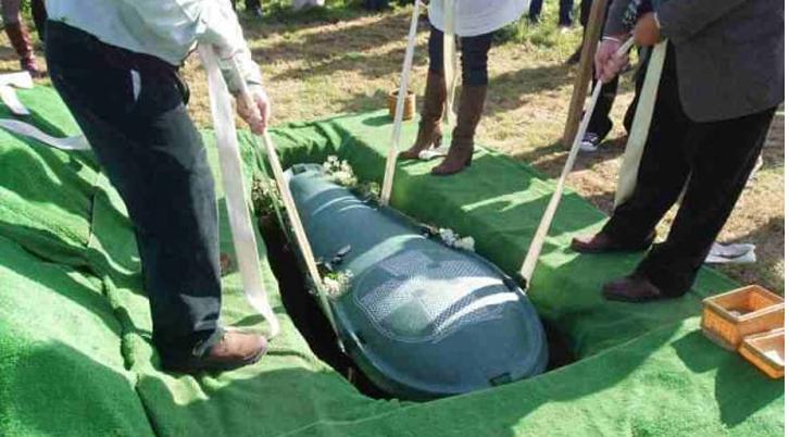 L'idea geniale della vedova, alla richiesta del marito di seppellirlo con tutti i suoi soldi!