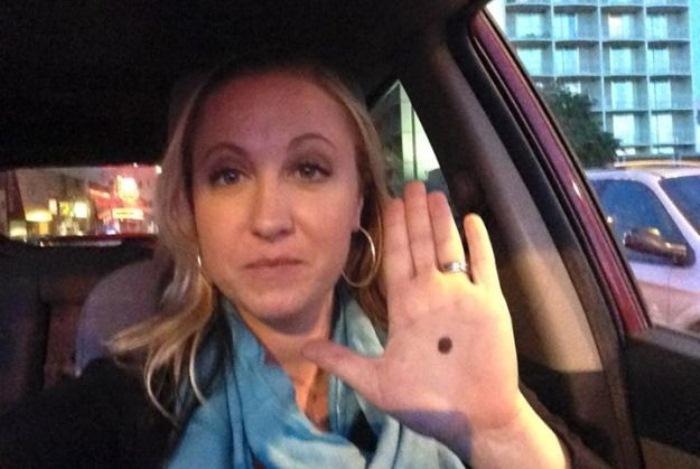 Se vedete un puntino nero sulla mano di qualcuno chiamate la polizia, quella persona è in serio pericolo!!