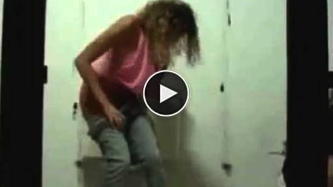 Nascondono una telecamera nel bagno delle donne, lo scherzo che stanno per fare sarà PAZZESCO!