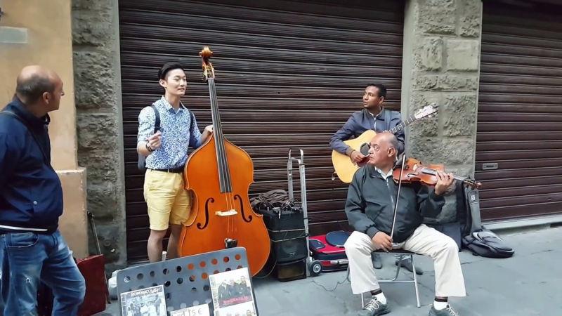 Questo Turista Di Firenze Chiede in Prestito Il Contrabbasso Agli Artisti Di Strada... Dopo Pochi Secondi è Magia!
