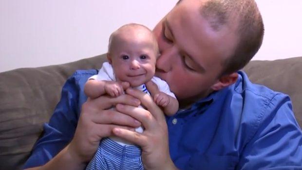 Questo bimbo ha in realtà 7 mesi di vita. Ecco la ragione per cui è così piccolo! Guarda il VIDEO!