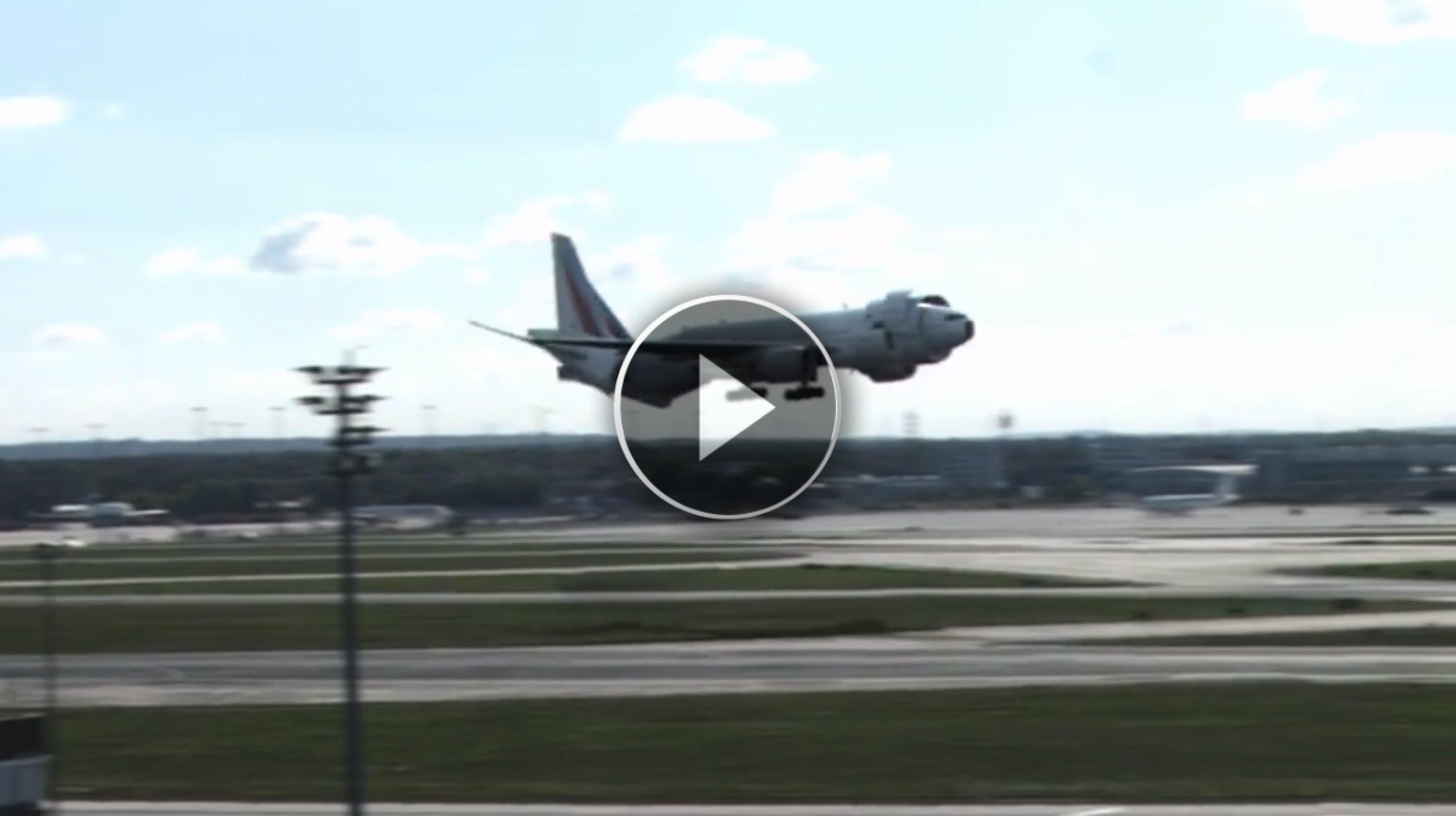 Un aereo sta per atterrare ... ehi un momento cosa sta succedendo!!!