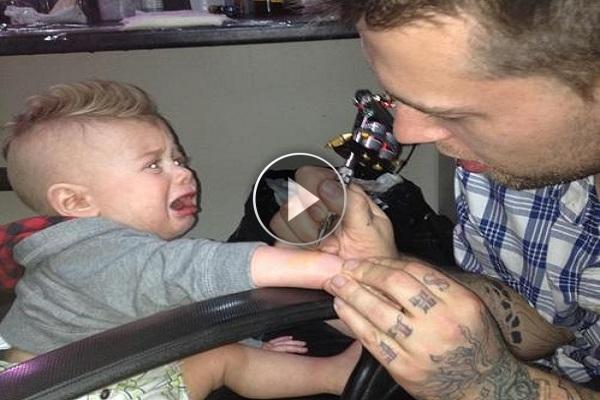 L'incredibile storia della madre che fa tatuare il suo figlio piccolo, video shock!
