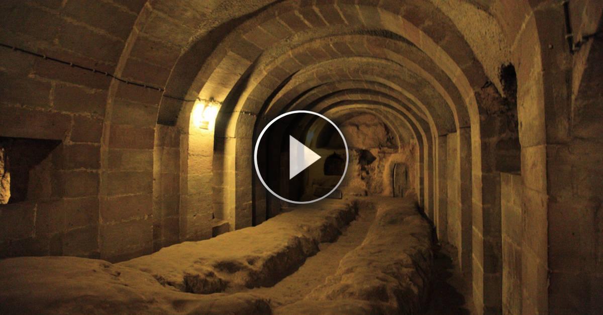 Restaurando la sua casa, scopre un Tunnel Segreto. Guardate dove conduce!!