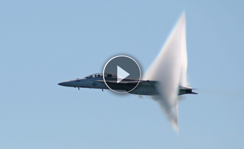 Cosa succede quando un jet rompe la barriera del suono?? Guardate l'incredibile velocità che raggiunge!!