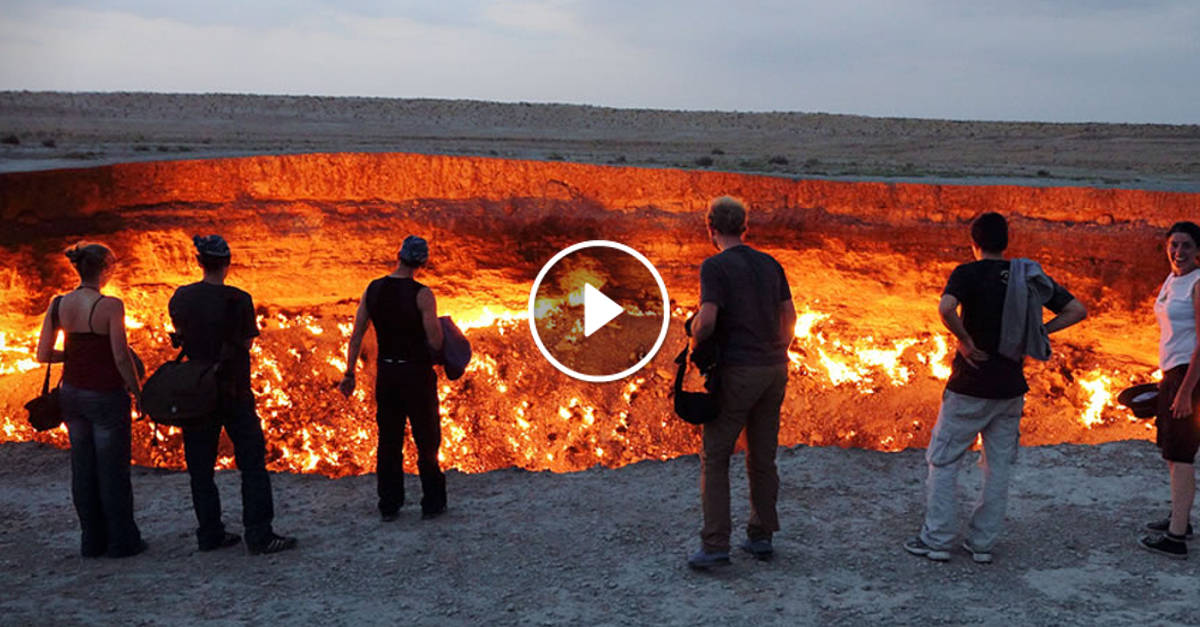 Ecco la vera porta dell'Inferno: il gigantesco buco nel deserto che brucia da 40 anni. Incredibile!