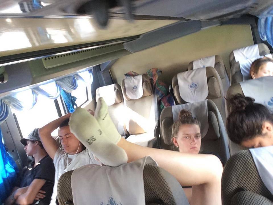 Viaggiatrice fa la cafona e puzza, passeggero decide di vendicarsi!!! Guarda il video!!!