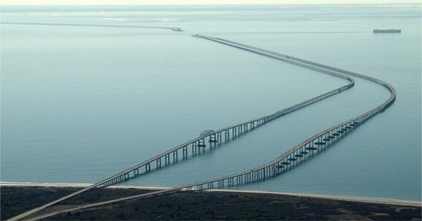 Questo ponte sembra veramente pericoloso. È considerato il ponte più spaventoso d'America!!! Riuscireste a percorrerlo???