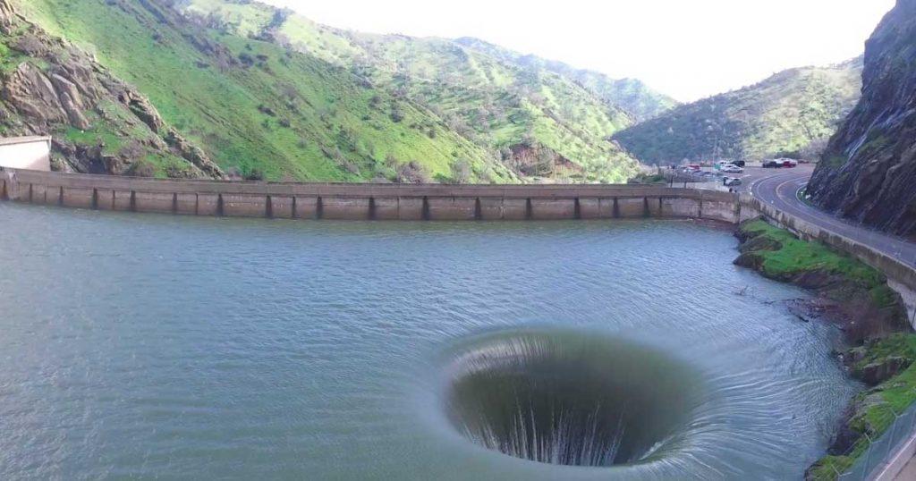 """Vedono uno Stranissimo """"buco"""" nelle acque del lago. Poi prende la fotocamera e registra queste affascinanti immagini!"""