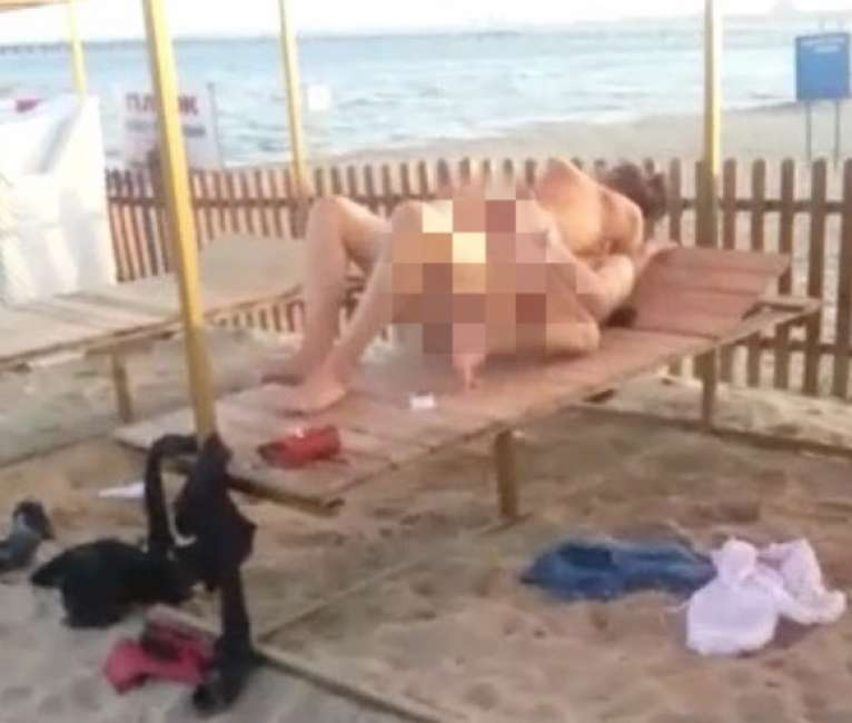 Coppia sorpresa durante un rapporto sulla spiaggia: il filmato finisce sul web