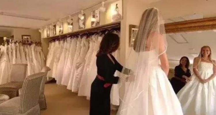 Madre e figlia si prendono gioco di una donna che sta provando l'abito da sposa, ma la commessa fa qualcosa che le zittirà