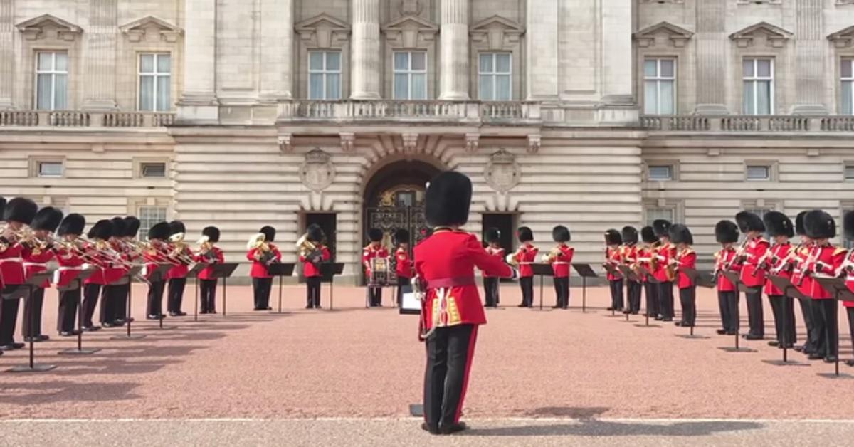 [VIDEO] Il tributo di Buckingham Palace a Freddie Mercury, le guardie della regina suonano Bohemian Rhapsody