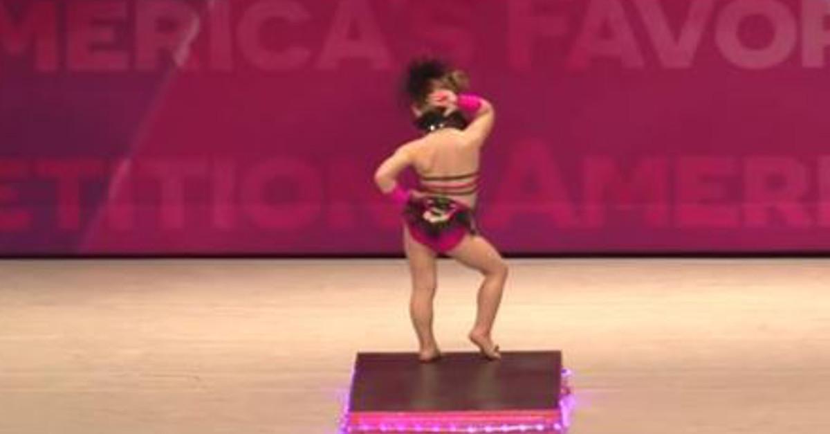 In tutù rosa sul palco a soli tre anni - Il pubblico in visibilio per il suo talento