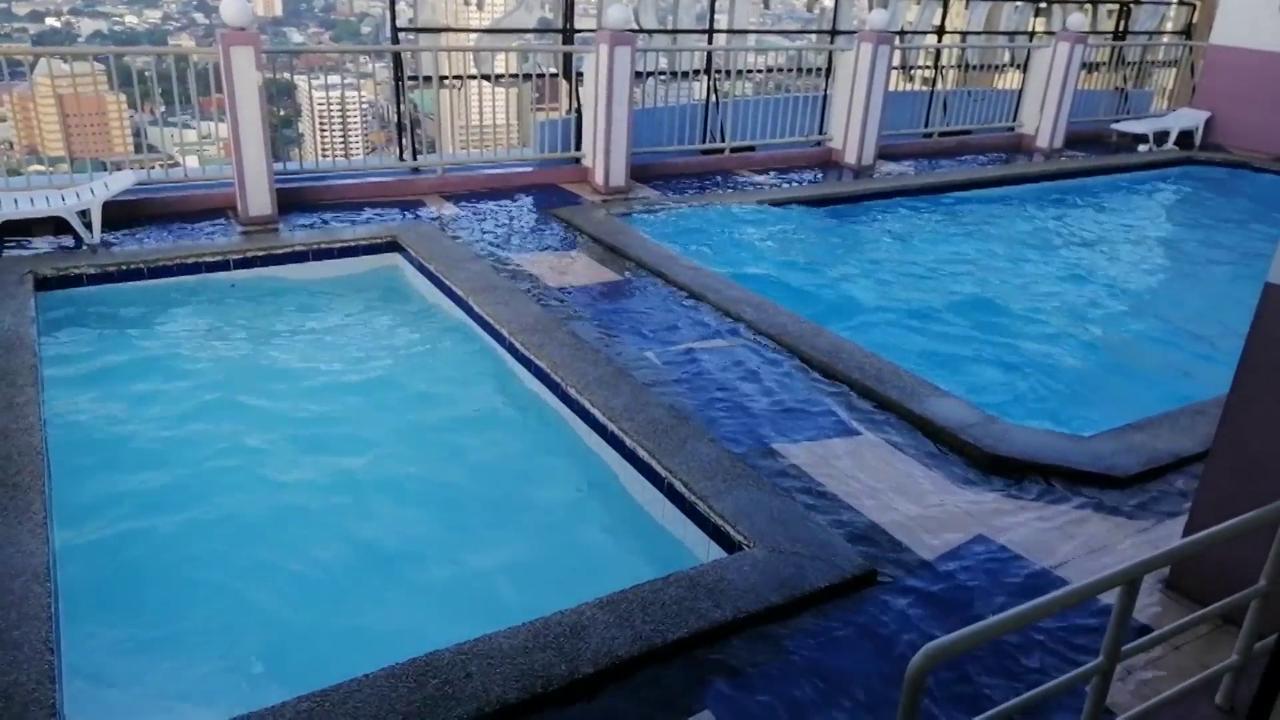 Manila, la scossa di Terremoto crea onde nella piscina sul grattacielo. Il filmato girato a pochi metri