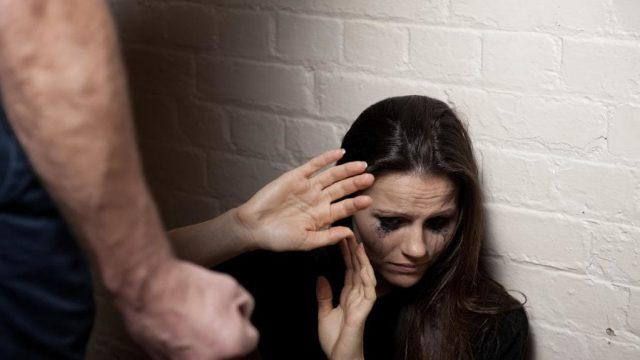 donna-coraggio-riesce-a-scappare-dal-suo-ragazzo-che-la-teneva-in-ostaggio