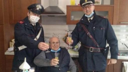 """""""Mi sento solo, venite a trovarmi"""": a 94 anni chiama i carabinieri per fare un brindisi di Natale in compagnia"""